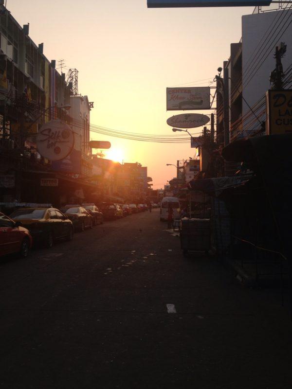 Bangkok - Khao San Road. Mein erster Morgen und Sonnenaufgang auf meiner Reise. Vielleicht kein überragendes Foto aber ein besonderer Moment.