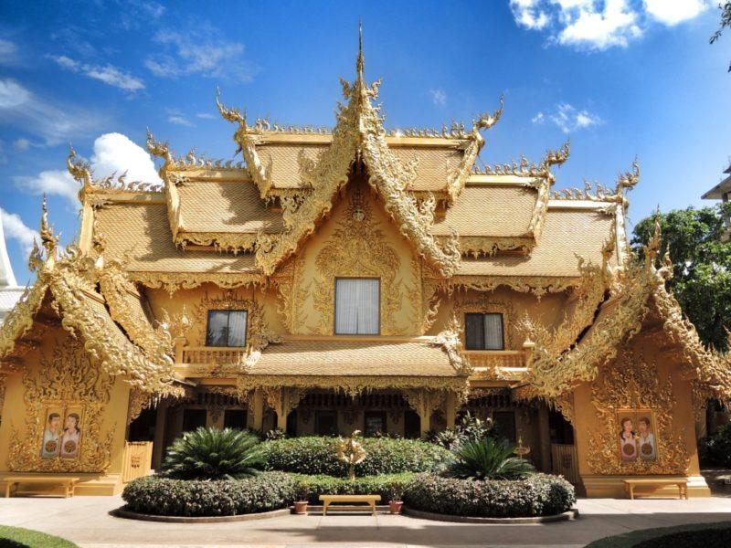 Chiang Rai - Wat Rong Khun. Und das wahrscheinlich pompöseste Toilettenhaus der Welt.