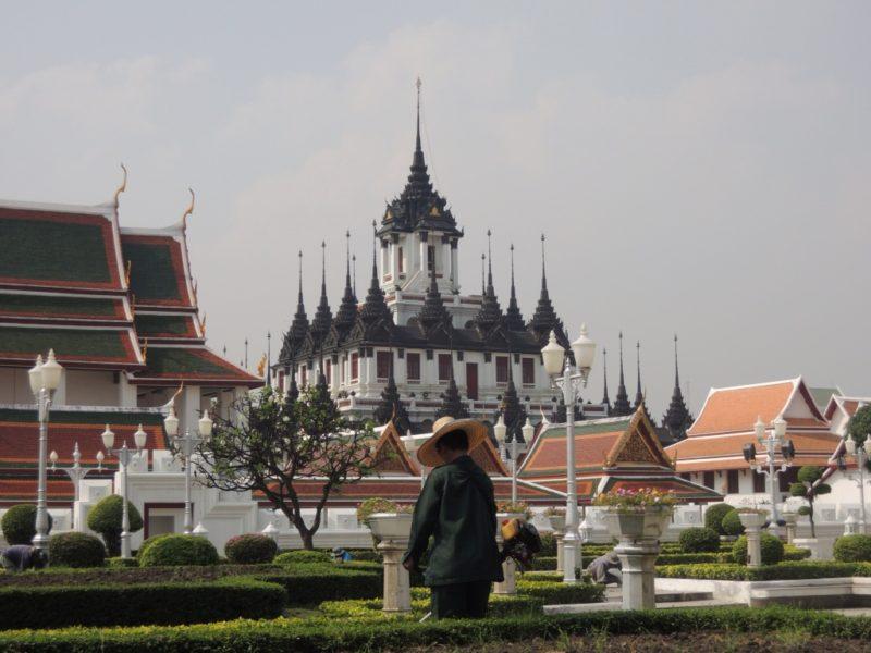 Bangkok - Wat Ratchanaddaram. Ich mag den Gärtner und wie ruhig und verlassen alles aussieht, obwohl hier hunderte Menschen rumwuseln