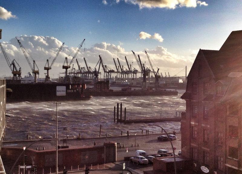 Hamburger Hafen im Sturm