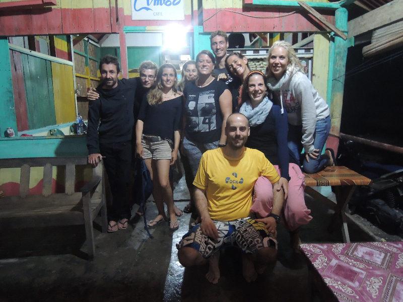 Mit den Tauchlehrern, Divemastern und Divemastertrainees des Lumba Lumba Dive Centre